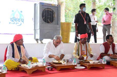 मुख्यमंत्री ने मांझी, चालकी, पुजारी और जनजातीय समाज प्रमुखों के साथ किया भोजन