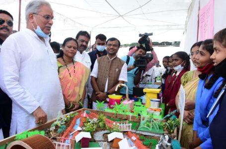 माड़पाल स्कूल के नवाचारों का अवलोकन करने पहुंचे मुख्यमंत्री