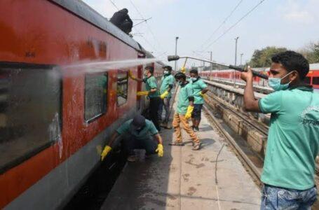 पान-गुटखे की पीक ने किया रेलवे की नाक में दम, थूक की सफाई में खर्च हो रहे 1200 करोड़ रुपए